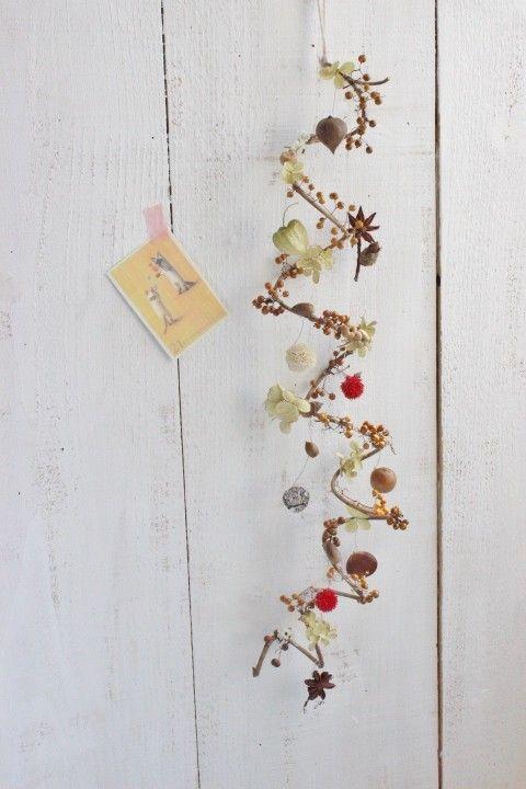 くるくるした太めの蔓を利用して木の実のガーランドにしました丸い小さな木の実を主体に、ワイヤーで下げたり 動きのある楽しいものになりました^^リボンや小物を付け...|ハンドメイド、手作り、手仕事品の通販・販売・購入ならCreema。