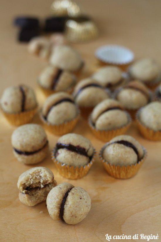 Baci di dama sono deliziosi pasticcini scioglievo due biscotti alle nocciole e burro arricchiti di cioccolato fondente, una delizia per il palato
