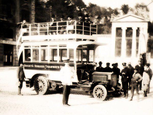 L'11 Aprile del 1906 inizia il servizio di Autobus tra Piazza Venezia e Piazza di Porta del Popolo.