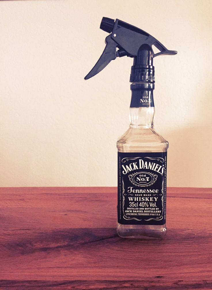 Bügeln mit Stil ;) Jack Daniels Flaschen werden in Barber Shops gerne zu Sprühflaschen umfunktioniert. Und ich muss euch sagen, das hat was. Deshalb hab ich mir nun eine Sprühflasche fürs Bügeln gebastelt. Macht die Arbeit zwar nicht spannender, hat aber mehr Stil ;)