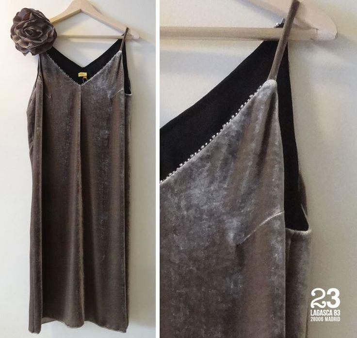 Vestido de terciopelo de Monoplaza, en color topo, negro o azul en #23CB en Lagasca 83. #vestidosdefiesta #invitadas