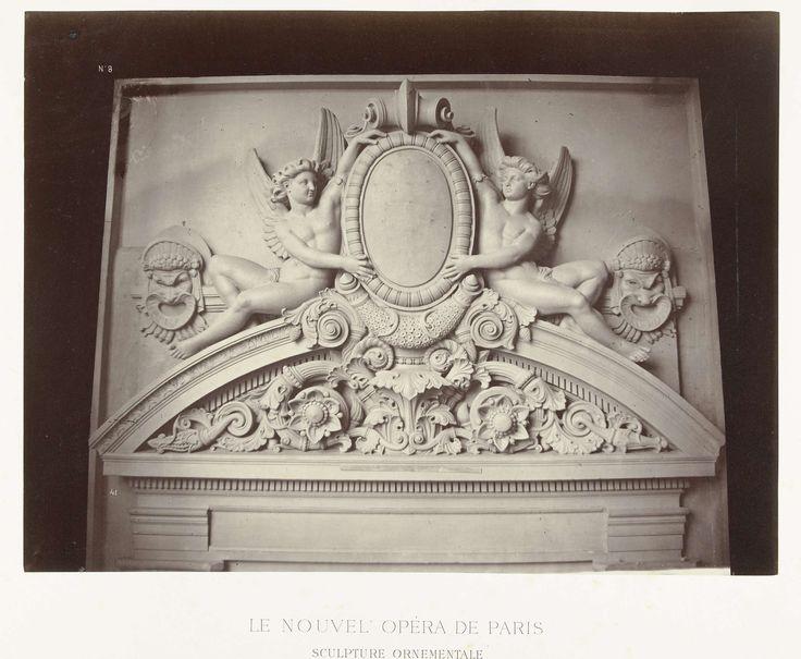 Louis-Emile Durandelle | Reliëf boven de deurpost waar mannelijke engelen naast een medaillon en boven ornamenten zijn geplaatst., Louis-Emile Durandelle, Ducher et Cie, c. 1878 - 1881 |