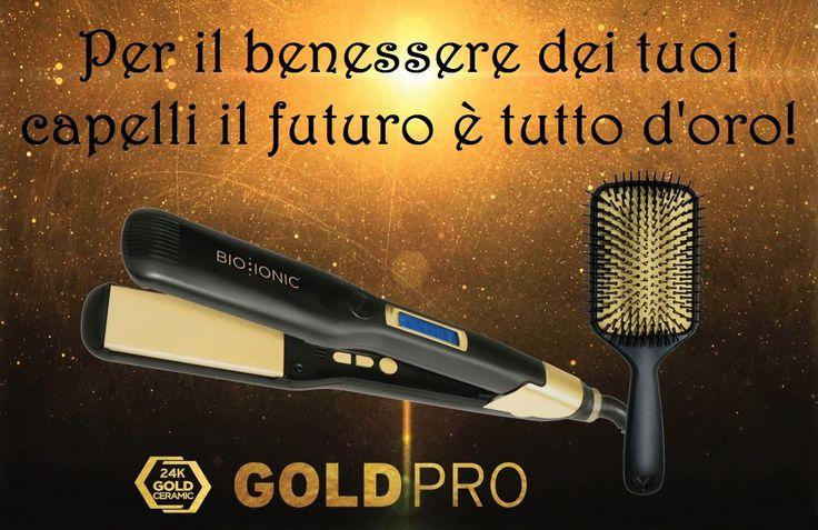 Non accontentarti mai di una spazzola o una piastra qualsiasi :-( Bio Ionic presenta la linea GoldPro che unisce la miscela di 32 minerali agli effetti benefici della foglia d'oro per donare ai capelli idratazione, condizionamento e un effetto anticrespo senza pari. Ecco perché la linea di strumenti GoldPro è oro per i tuoi capelli!