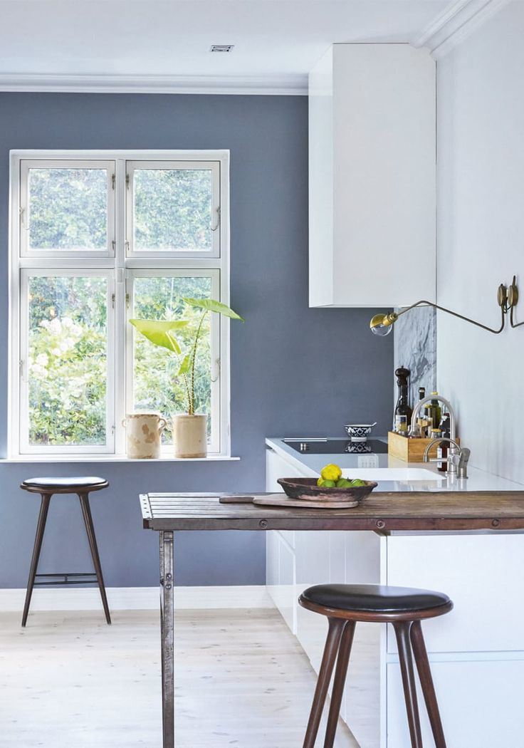 Nordic kitchen with a dusty blue wall and rustic details.