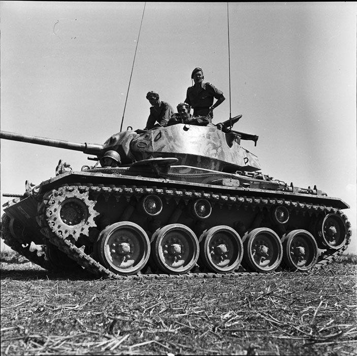 """Le char M24 Chaffee """"Conti"""" de l'escadron de marche du 1er RCC (Régiment de Chasseurs à Cheval) dans le camp retranché de Diên Biên Phu. Au sommet de la tourelle se tient à droite le capitaine Hervouët, commandant l'escadron. Date : Février 1954"""