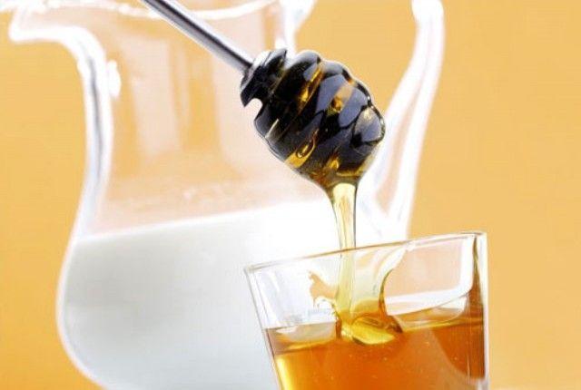 Ανανεωτική μάσκα θρέψης για σβήσιμο ρυτίδων και λάμψη, με μέλι και γάλα.