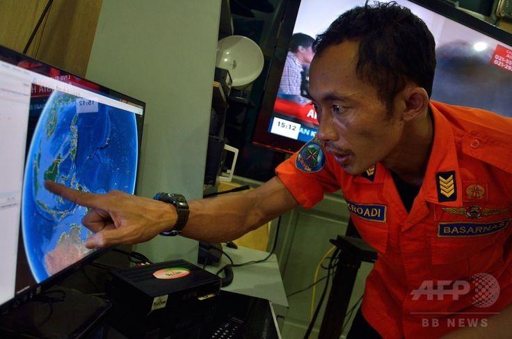 インドネシア・北スマトラ(North Sumatra)州メダン(Medan)で、マレーシアのエアアジア(AirAsia)機が消息を絶った位置を表示したコンピューターの画面を指さすインドネシアの救難当局者(2014年12月28日撮影)。(c)AFP/Sutanta ADITYA ▼29Dec2014AFP|インドネシア当局、エアアジア機の捜索を再開 http://www.afpbb.com/articles/-/3035358 #QZ8501
