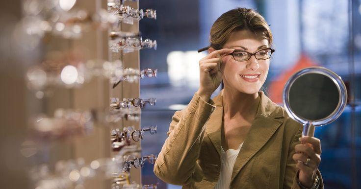 Como ajustar as armações de óculos apertadas na sua cabeça. Quando os óculos estiverem muito apertados em volta da cabeça, eles podem pressionar a parte de trás da orelha, causando desconforto. Muitas vezes, esse desconforto pode ocasionar dores nessa região e de cabeça também. Esse aperto ocorre porque a área de contato fica muito estreita e a armação, ou braço, do óculos pressiona a cabeça. Seu ...