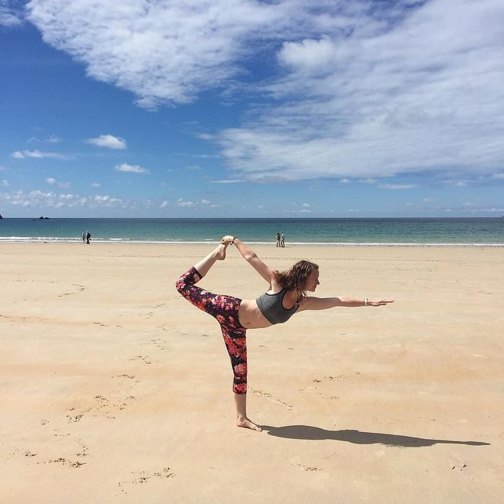 Yoga on the beach - it doesn't get much better than that!  @yogabonnee is striking her best pose in the Salar Capri in the impasto print. Thoughts? #yogapose #workoutclothes