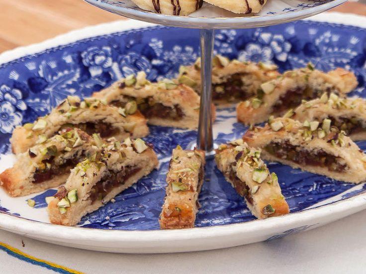 Skurna småkakor med dadlar och pistagenötter