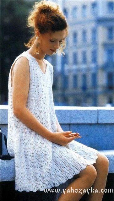 Летнее платье свободного силуэта крючком. В таком платье будет не жарко даже в самую солнечную погоду.