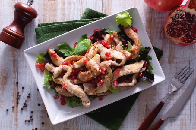 Le strisce di pollo alla melagrana sono un secondo piatto o antipasto molto sfizioso e originale con melagrana e insalata mista!