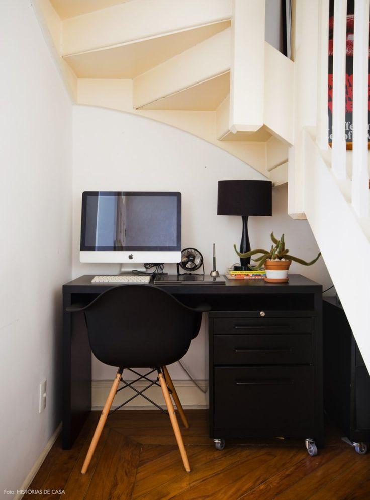 O vão embaixo da escada foi bem aproveitado e virou escritório.
