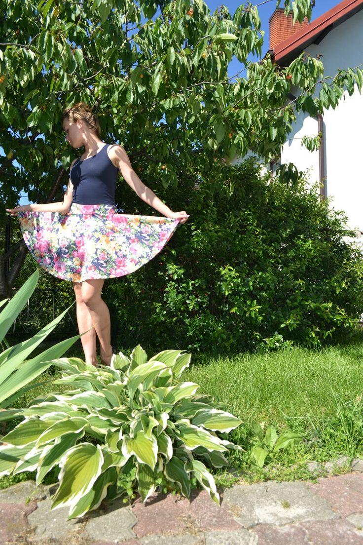 spódnica z koła, kwiaty w ogrodzie