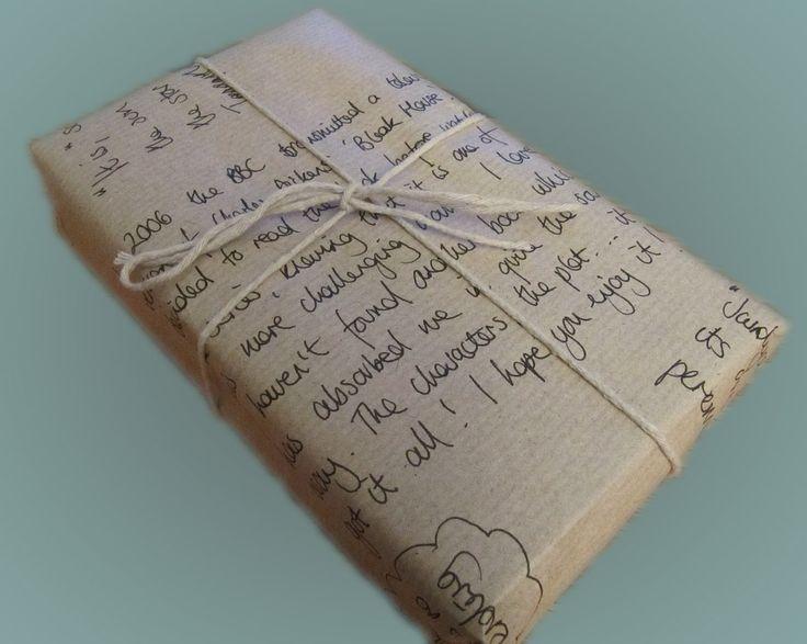 Empaqueta el libro con papel kraft y escribe a mano una reseña del libro, o cualquier mensaje especial. Lograrás un aspecto muy personal: