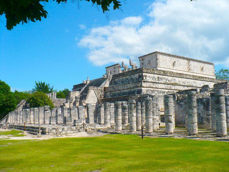El templo está influenciado por la arquitectura de los toltecas, y así lo demuestra con sus similitudes con el templo de Tlahuizcalpantecuhtli, situado en Tollan-Xicocotitlan o Tula, que fue capital del estado tolteca, y fue construido sobre una antigua edificación anterior dedicada al «Dios Reclinado» Chac Mool, bajo el mandato de los mayas itzaés.