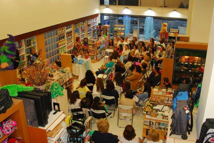 """Στιγμιότυπο από την εκδήλωση της Λένας Μαντά στο Βιβλιοπωλείο Design στην Παιανία. Οι αναγνώστριες έσπευσαν για να ακούσουν την ιστορία του νέου βιβλίου """"Μία συγγνώμη για το τέλος"""""""