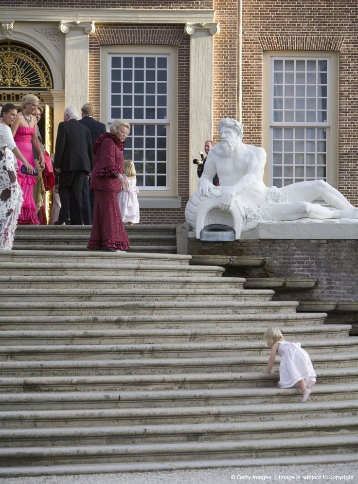 koningspaar: Steps of Palace Het Loo-Princess Laurentien, then Crown Princess Maxima and then Queen Beatrix with Princess Amalia at the top watch Princess Alexia climb up the stairs