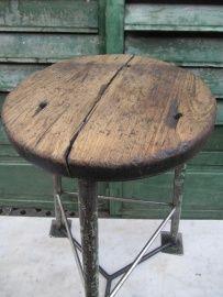 Hoge metalen oude fabrieks kruk met houten zitting