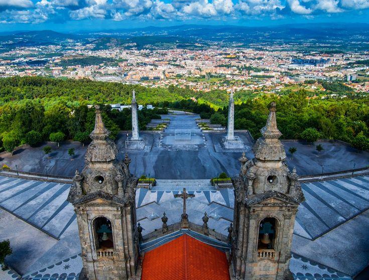 Braga into the wild - Conhecido como Santuário do Sameiro, este santuário neoclássico satisfaz aqueles que procuram lazer e arte. Com uma igreja magnífica, poderá ainda desfrutar de jardins, caminhos e recintos amplos, além de uma vista maravilhosa para a cidade.