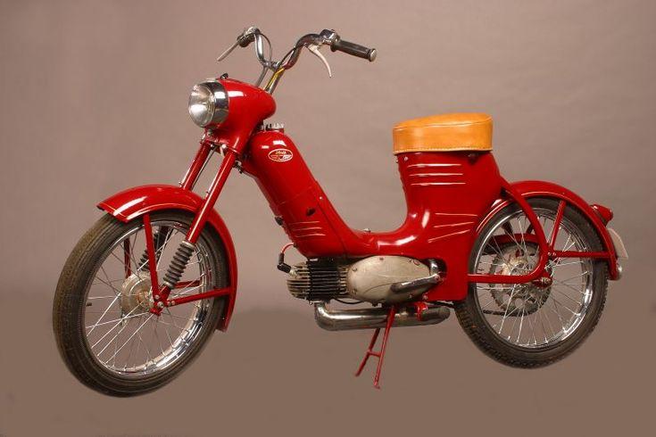 Cyclomoteur Jawa 50 cc Pionyr 1955, monocylindre 2 temps horizontal, refroidi par air, graissage par mélange, fourche télescopique, freins à tambour, béquille centrale, Jawa moto Tchecoslovaquie, Europe.