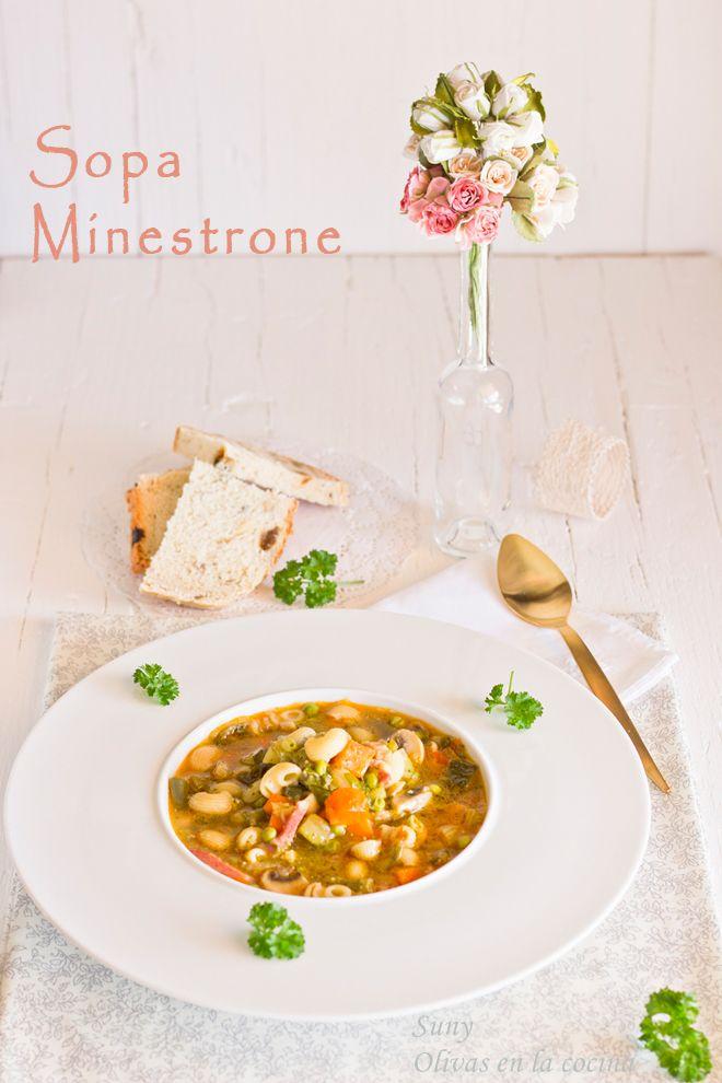 La deliciosa Sopa Minestrone.  http://rositaysunyolivasenlacocina.blogspot.com.es/2013/10/sopa-minestrone.html