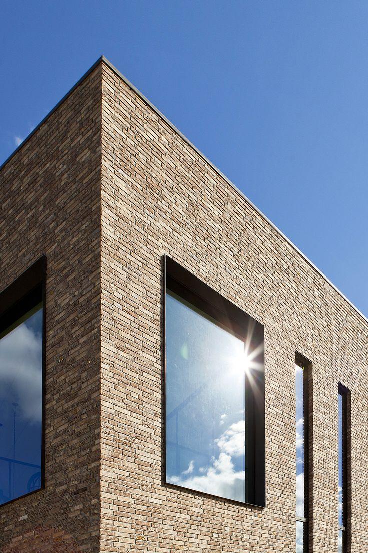 modern bedrijfsgebouw Van Berlo met een sterke metselwerk plastiek door een abstract spel van de gevelopeningen
