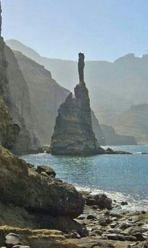 Dedo de Dios Agaete GRAN CANARIA So so der Dedo de Dios, der Finger Gottes, vor dem großen Tropensturm Delta aus. Heute ist die Spitze abgebrochen. Eine Schautafel im Hafen von Puerto de las Nieves erinnert daran, wie er vorher aussah.