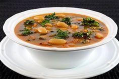 Sopa de frijol con col rizada