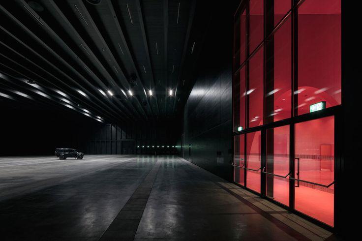 Rotes Leuchten: Messehallen Dornbirn von Marte.Marte