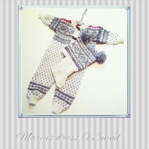 Strikket dress med Marius mønster. Dressen kan du bestille på Babyzonen