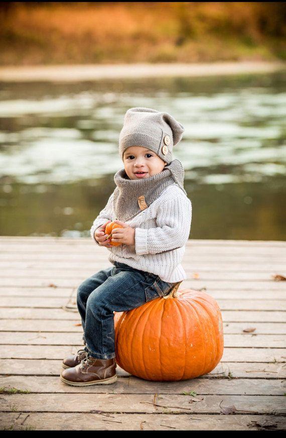 Kinder Bandana Stil Dreieck Schal. Diese Hand gestrickten Schal besteht aus weich und luxuriös sanft neben der Haut Garn 100 % Merino-wolle. Merinowolle ist atmungsaktiv und aktive Faser reagiert auf Veränderungen der Körpertemperatur und entmutigt, Schwitzen. Der Schal kann Verschleiß als ein Schal mit dem Punkt auf der Rückseite oder einen Wrap-Schal mit der Spitze nach vorne, so oder so, es ist schön. Es ist in drei Größen erhältlich: Baby: von der Geburt bis 12 Monate; Kleinkind: 12…
