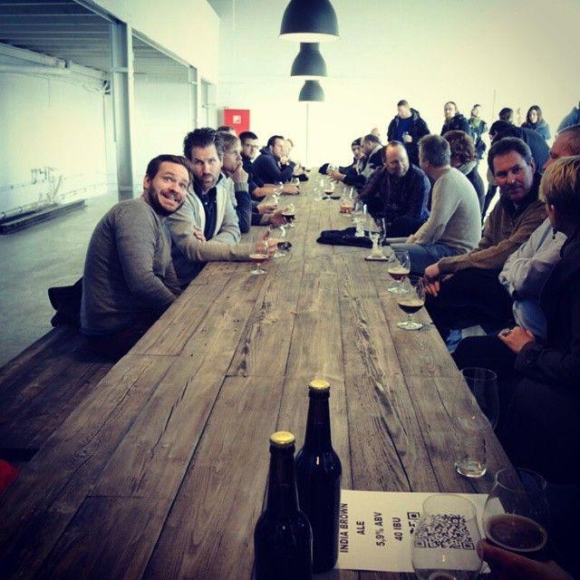 Slik ser #norgeslengste bord ut. (12,5m) Levert til vår fantastiske kunde @st.hallvards_bryggeri  #ølhall  lokale materialer fra #Fornebu anno #1820 #håndlagetavoss #barefordeg #bærekraftig #kortreist www.drivved.no