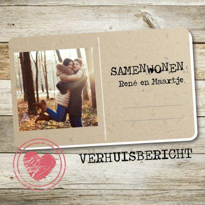 Samenwonen kaartje met houten achtergrond, postcard en stempel met hart.