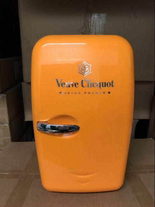 Veuve Clicquot Champagne mini koelkast  Mini koelkast met Veuve Clicquot logoNog nooit is gebruikt.Compleet met stekkers.Het koelt en kan zelfs warmte.Past 2 normale formaat champagneflessen.Zeer zeldzaam en niet te koop in de winkels.Buiten appromximateH 44 cmW 28 cmD 33Binnen appromximateH 38cmW 20 cmD 19cm  EUR 175.00  Meer informatie