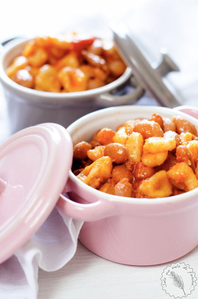 I Pisarei e Fasò sono semplici gnocchetti di farina, pangrattato e acqua conditi con un sugo di fagioli, salsiccia e pomodoro. Piatto tipico piacentino.