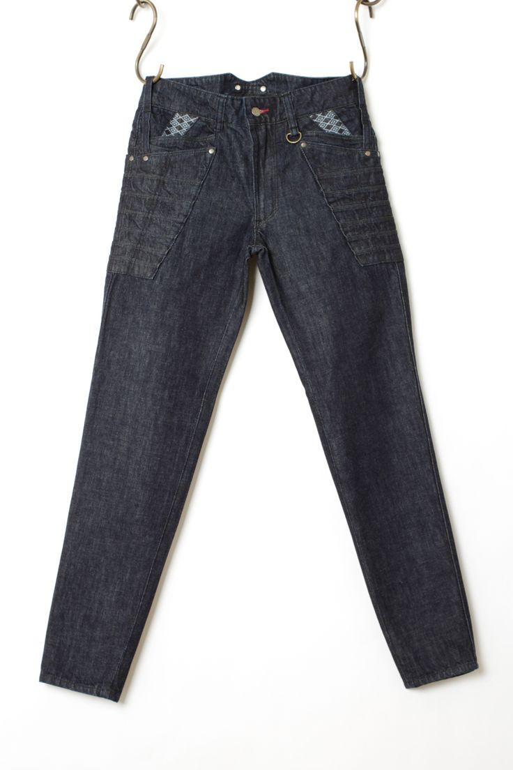 [大鎧|スリムテーパード]鎧をモチーフに独自に開発した鎧縫製にて三次元で制作されたジーンズはどのジーンズにもない強さと凛々しさを実現しました。鎧の札と呼ばれる複雑に絡み合った構造をジーンズとして着用できるように改良改善し何年もの研究と強度チェックを経て制作されています。