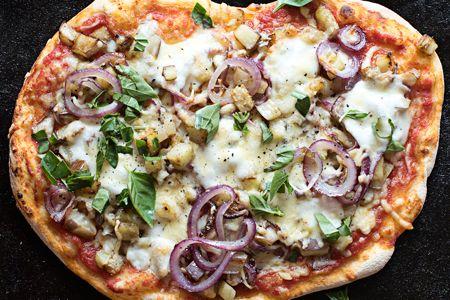 Πίτσα με μελιτζάνες, γραβιέρα Νάξου και βασιλικό - Συνταγές | γαστρονόμος