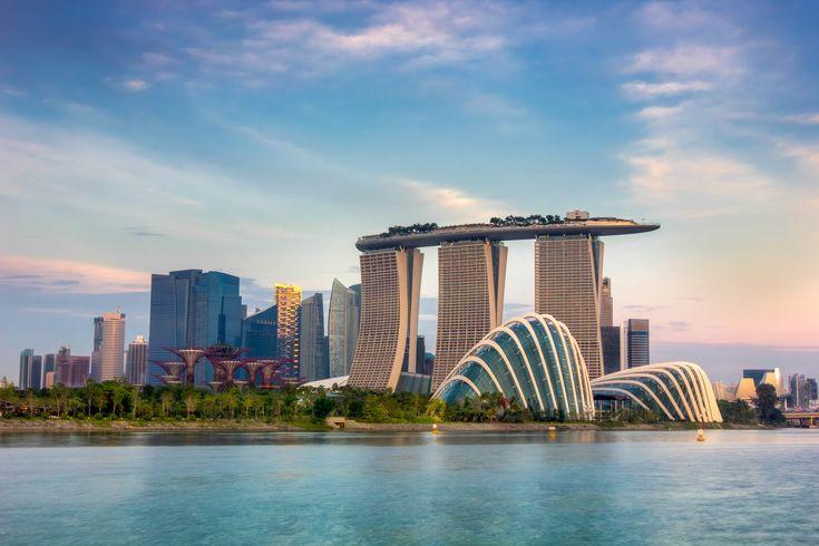 Singapore er en dejlige by med knald på! Så hvis du rejser til staten Singapore, skal du være klar på en travl, moderne storby med hektisk trafik og strømlinede skyskrabere - men her er smukt og rent overalt. Ved havnen står Singapore Flyer, som er et pariserhjul med en skøn udsigt ud over byen.