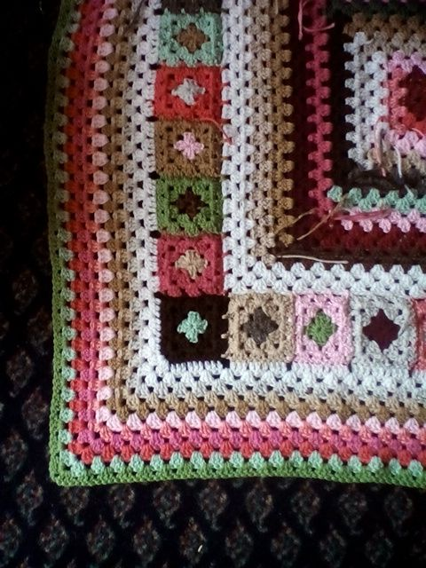 It is sunny today, but dreadfully cold. Days like this make me thankful I can create my own sunshine with yarn, or at least some flowers! Lover of granny squares that I am, I collected a soft palle…