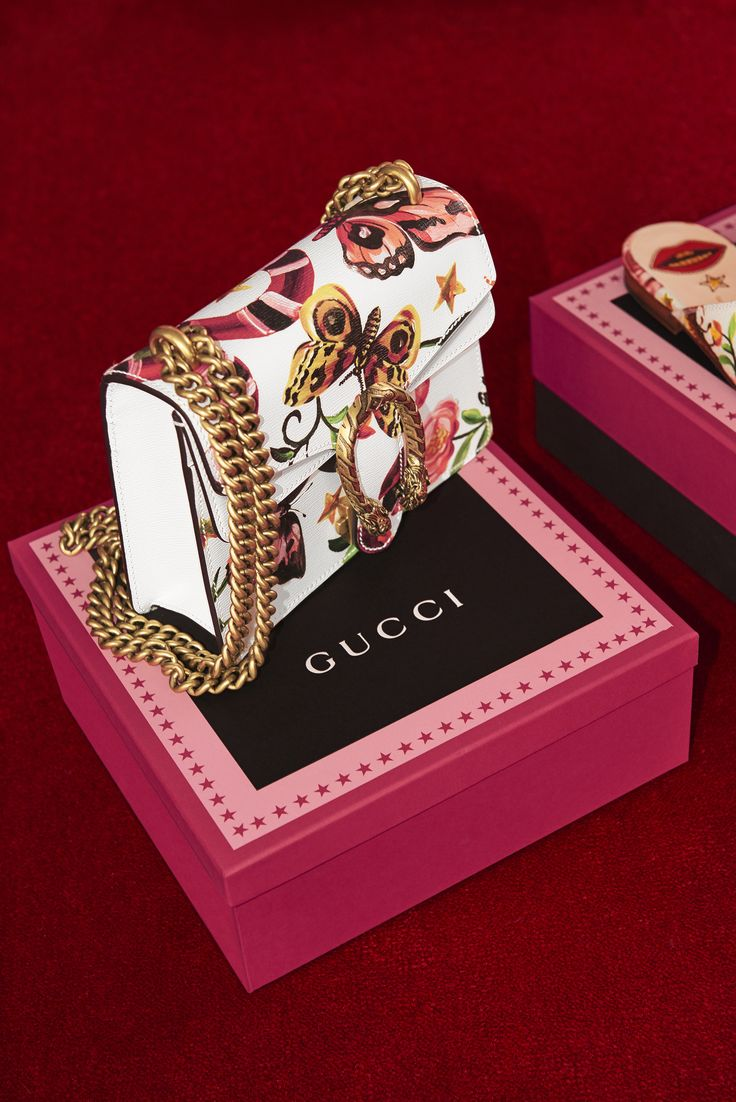 The Dionysus mini bag in leather is introduced with the Gucci Garden print, a beautiful compilation of floral and animal motifs from the world of Alessandro Michele. Adorned with gold sliding chain shoulder strap and tiger head closure.
