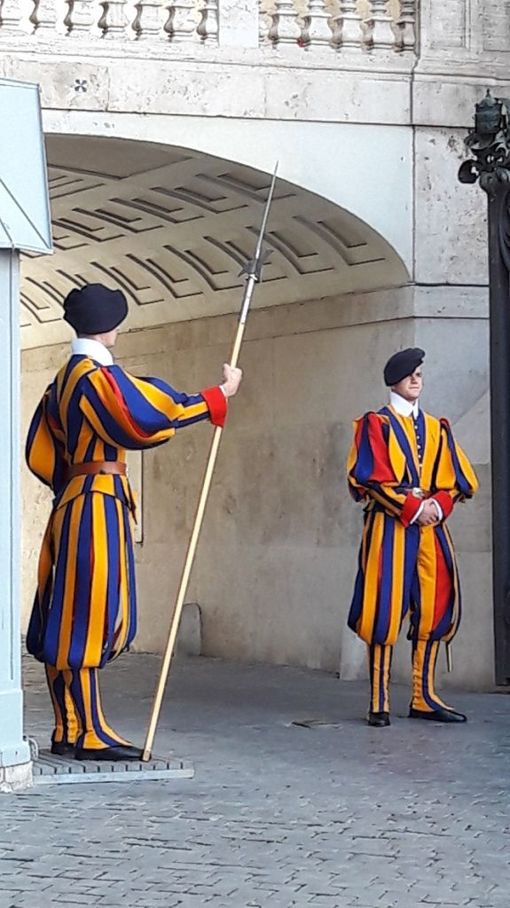 An der päpstlichen Schweizergarde kommt niemand vorbei