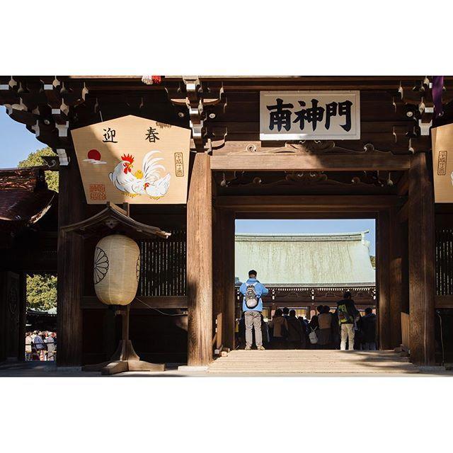 【kohki_s】さんのInstagramをピンしています。 《明治神宮 | 東京 ・ 警察の方に新年早々ご苦労様ですと思いながらの詣で待ち。 ・ ・ #明治神宮 #明治神宮前 #森 #神社 #shrine #初詣 #happynewyear #2017 #旅 #旅行 #japan #japantrip #travel #trip #IGersJP #vsco #igphotooftheday #IG_JAPAN #instagramjapan #inspirationcultmag #東京カメラ部》