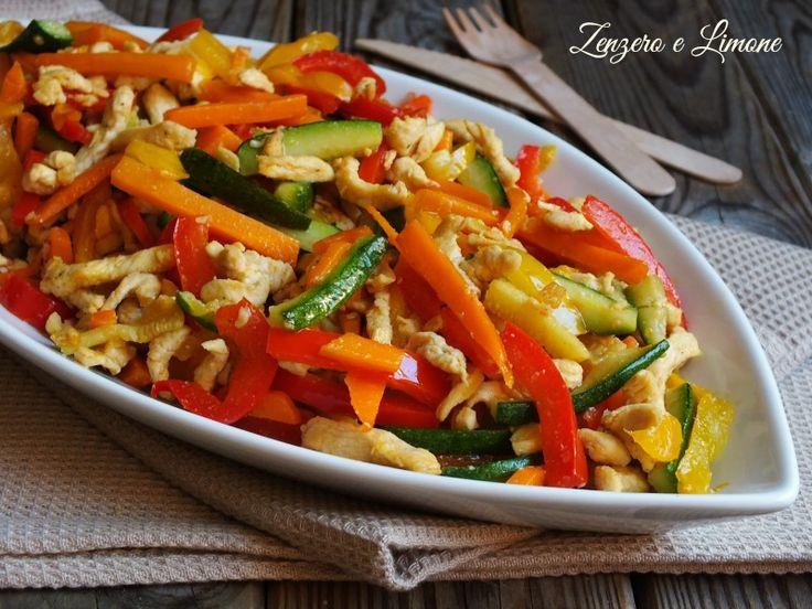 Questa coloratissima padellata a base di straccetti di pollo marinato e verdure è un secondo piatto gustoso, semplice e veloce da realizzare.