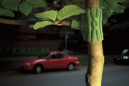 Позитивное и яркое уличное вязание-ярнбомбинг