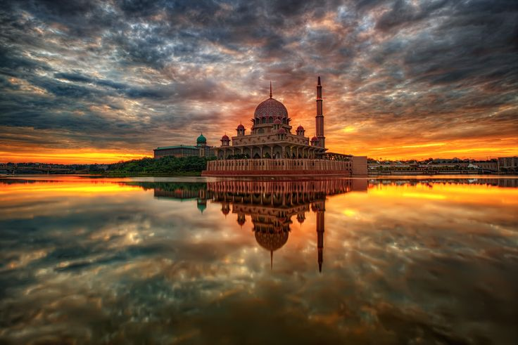 La Mezquita Putra en Putrajaya, Malasia.