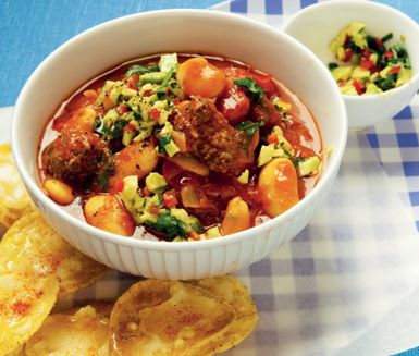 Färs- och böngryta med texmex-smak - en gryta med nötfärs och tacokrydda, lättlagad och mycket god. Köttfärsen som du blandar med bönor, tomater och avokado blir saftig och tacokryddan hettar till grytan som serveras med ostgratinerade tortillachips.