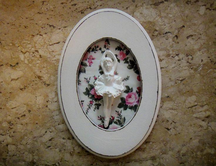 Quadro oval de mdf de qualidade, pequeno, efeito pátina, com tecido estampado floral. Com moldura e aplicação de resina decorada bailarina. <br> <br>Enfeite charmoso e gracioso, perfeito para a decoração do quarto da menina ou bebê. <br> <br>Por gentileza verifique as medidas se estão de acordo com suas preferências. <br> <br>Pode ser confeccionado em outro tecido, solicite e as opções que serão enviadas por e-mail. <br> <br>BOAS COMPRAS!!
