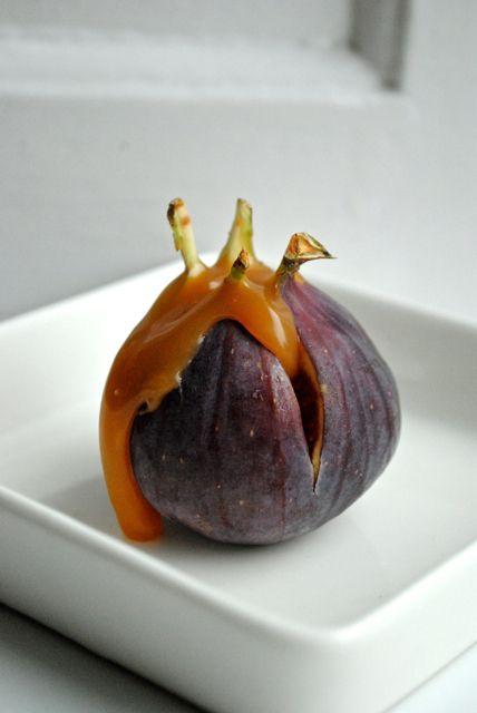 Bagte figner med saltkaramel, pekannødder og flødeskum (Recipe in Danish)