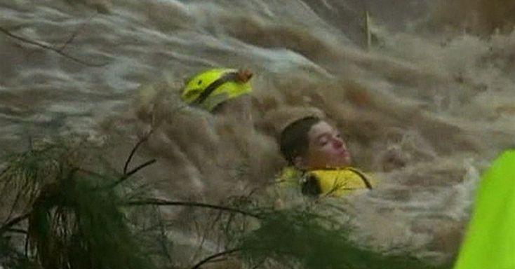 25/jan/2013 - AUSTRALIA - Um adolescente de 14 anos foi resgatado nesta sexta-feira (25) no Estado de Queensland, no norte da Austrália, após ser surpreendido pela correnteza de um riacho que encheu com as fortes chuvas na região. Cerca de 20 resgates semelhantes foram feitos em Queensland entre a noite da quinta-feira (24) e a manhã desta sexta. Foto: Reprodução.